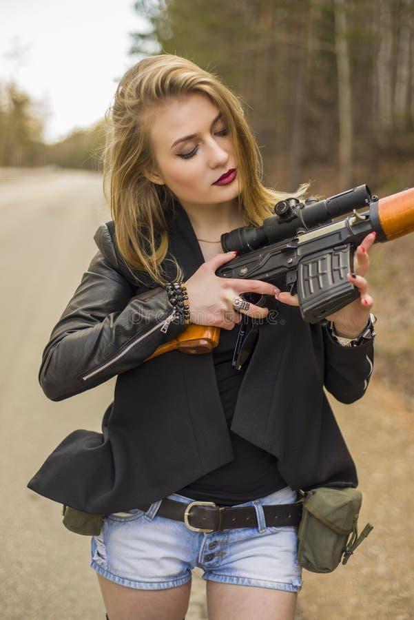 Assassin de fille attendant sa victime sur la route photos stock