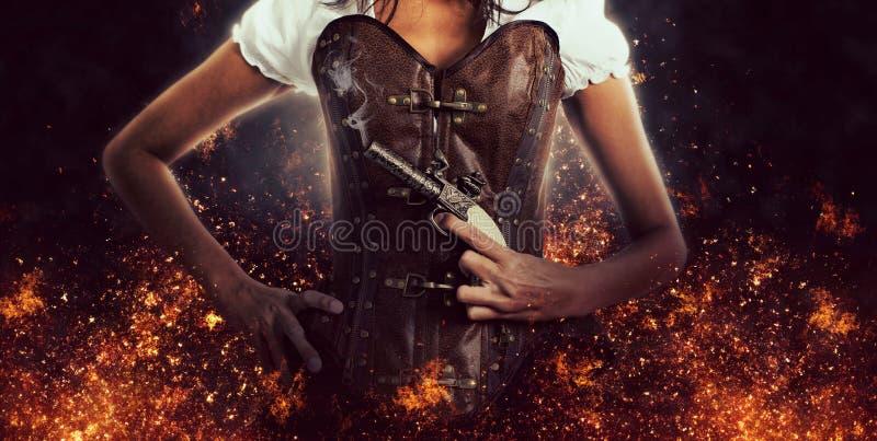 Assassin féminin Holding Antique Pistol images libres de droits