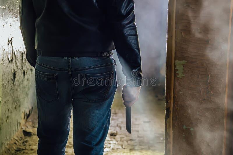 Assassino do maníaco com faca à disposição, fim acima imagem de stock