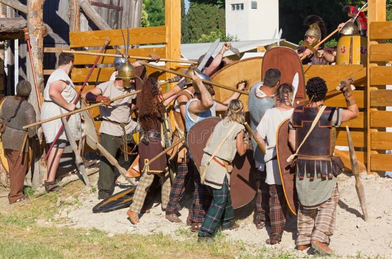 Assaut de Carnic Gauls les Romains à une reconstitution historique images libres de droits