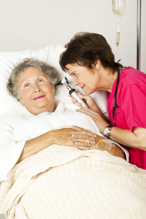 Assegno dell'orecchio del paziente ricoverato fotografie stock libere da diritti