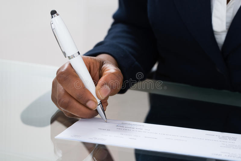 Assegno di firma della mano della persona immagine stock libera da diritti