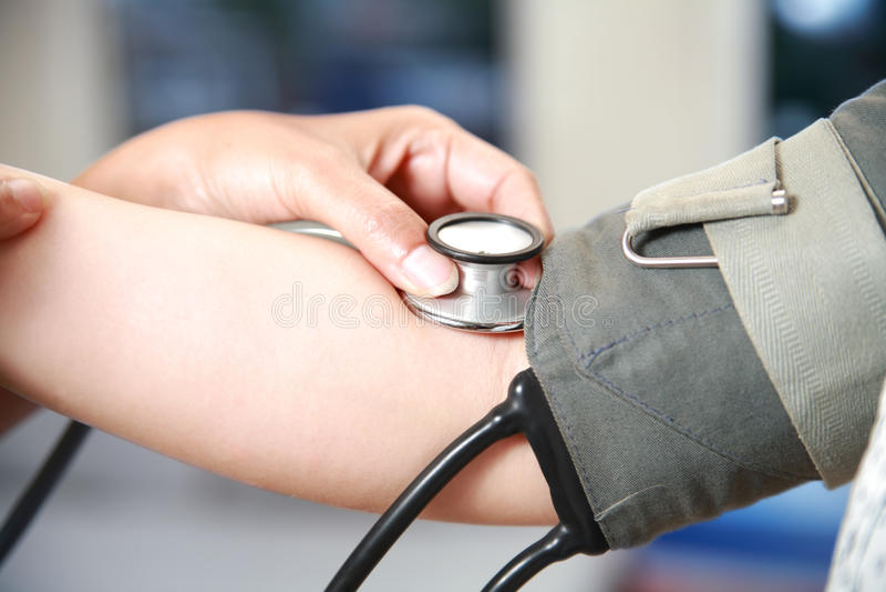 Assegno di pressione sanguigna in su fotografie stock