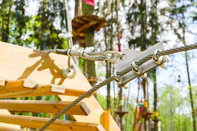 Asseguração de um cabo entrançado de aço e de cabos fotografia de stock