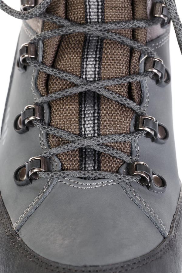 A asseguração dos laços em botas para a montanha caminha com s reforçado fotografia de stock