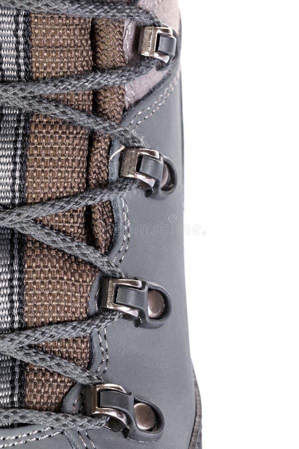 A asseguração dos laços em botas para a montanha caminha com s reforçado imagem de stock