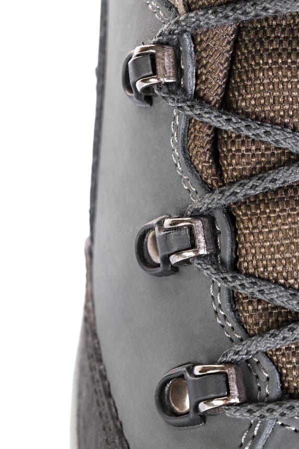 A asseguração dos laços em botas para a montanha caminha com s reforçado fotos de stock