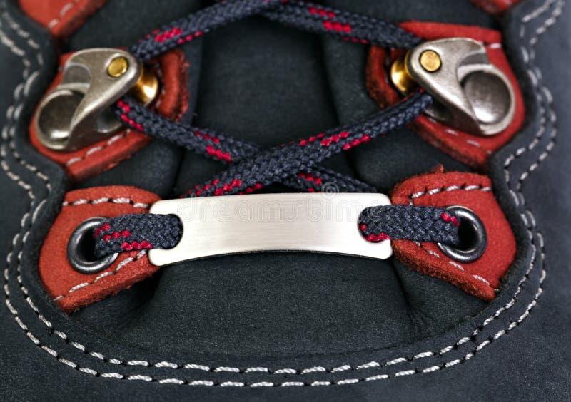 A asseguração dos laços em botas para a montanha caminha com s reforçado imagem de stock royalty free
