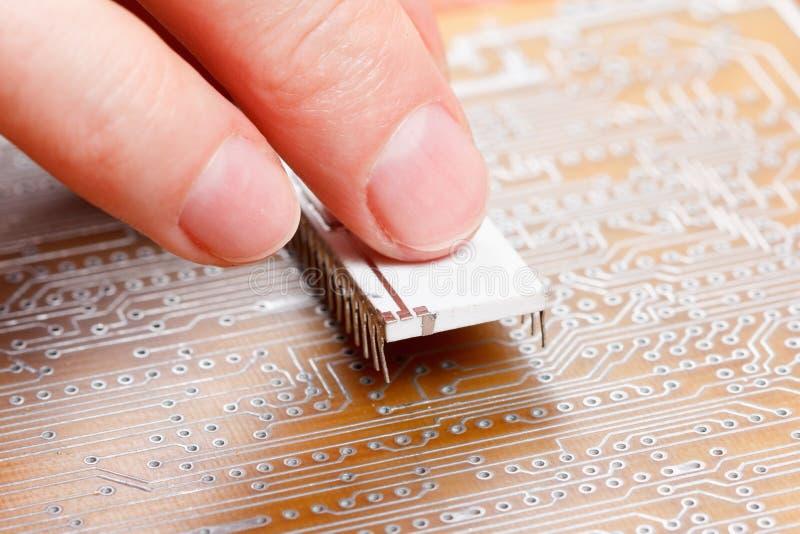 Assemblée des composants électroniques sur la carte images libres de droits