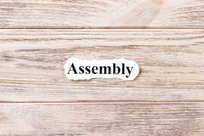 Assemblée du mot sur le papier Concept Mots d'assemblée sur un fond en bois photographie stock