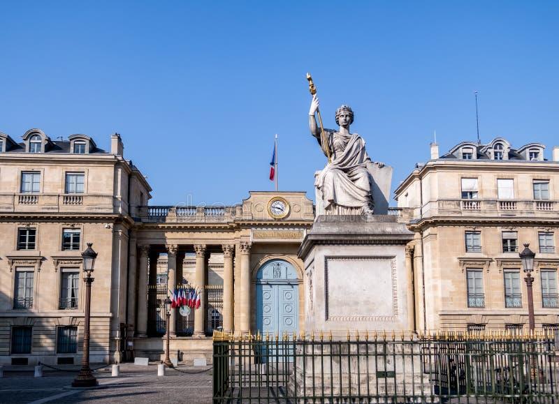 Assembl?e nationale fran?aise une statue de loi ? Paris images stock