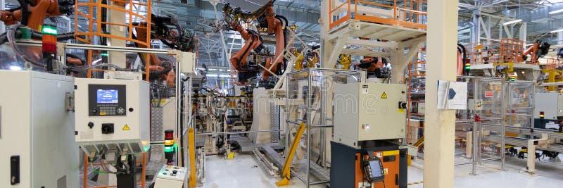 Assemblage automatisé des voitures par des robots Chaîne de production des véhicules à moteur Long format Cadre large images libres de droits