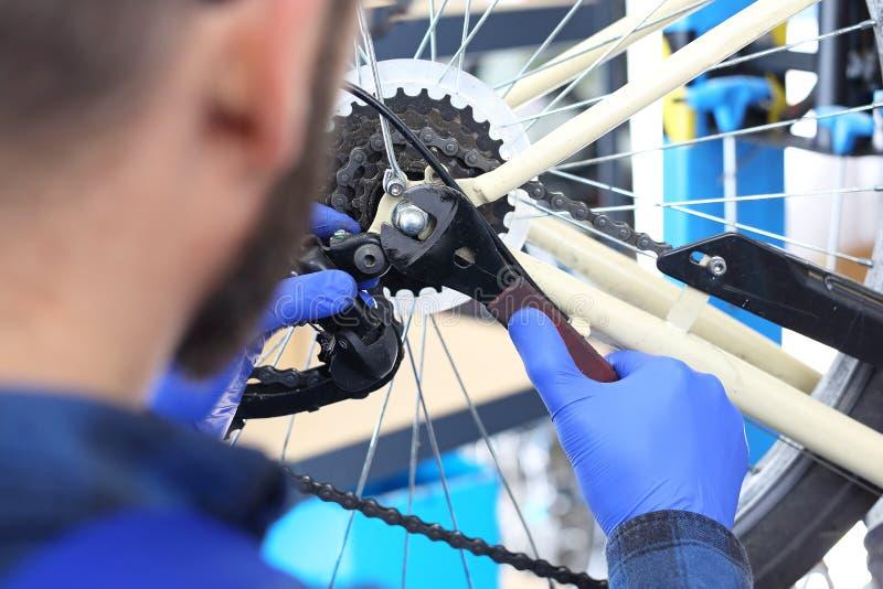 Assemblage van derailleur in de fiets stock foto's