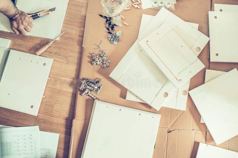 Assemblage van meubilair, de verschillende die delenmeubels op de vloer worden geschikt royalty-vrije stock fotografie