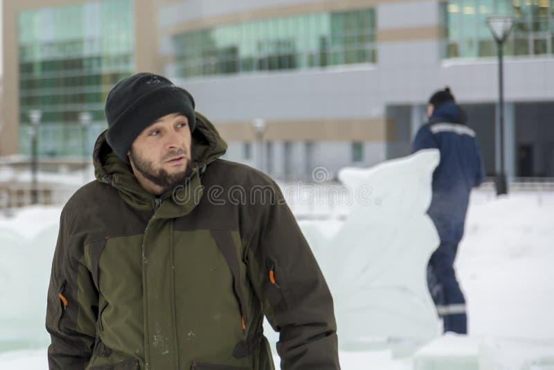 Assemblatore in camici sul territorio della città del ghiaccio immagini stock