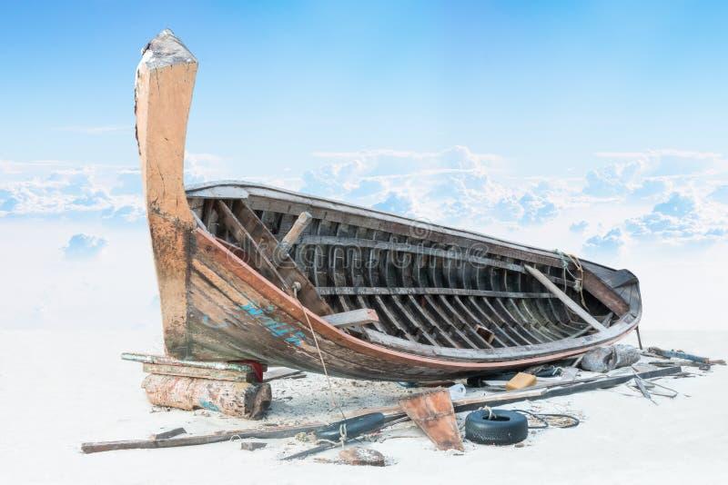 Assemble Fischerboot auf Sand mit blauem Himmel lizenzfreie stockbilder