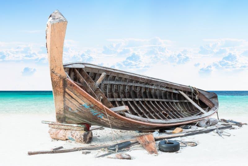 Assemble Fischerboot auf Sand mit blauem Himmel und Meer stockfoto