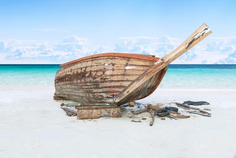 Assemble Fischerboot auf Sand mit blauem Himmel und Meer lizenzfreie stockfotos