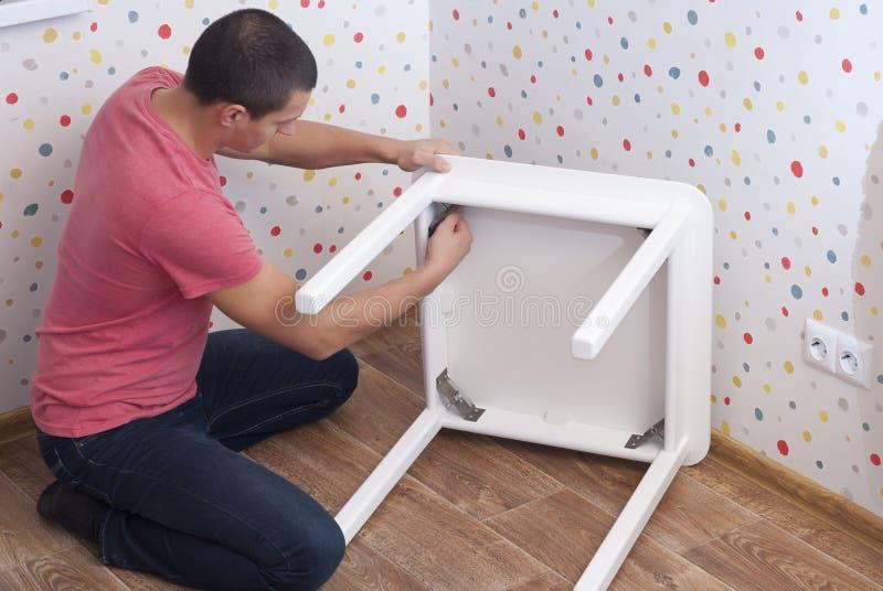 Assemblea della mobilia, tavola immagini stock