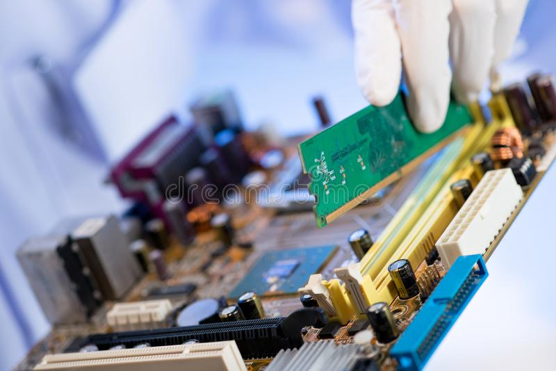 Assemblerende computer stock fotografie