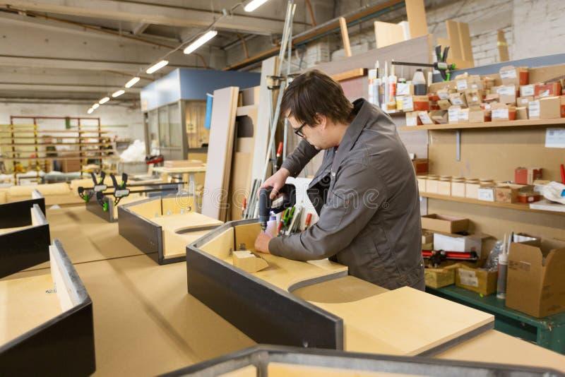 Assembleur met schroevedraaier die meubilair maken royalty-vrije stock foto's