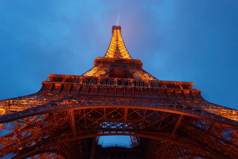 Assente acima da vista da torre Eiffel iluminada em Paris França imagens de stock royalty free