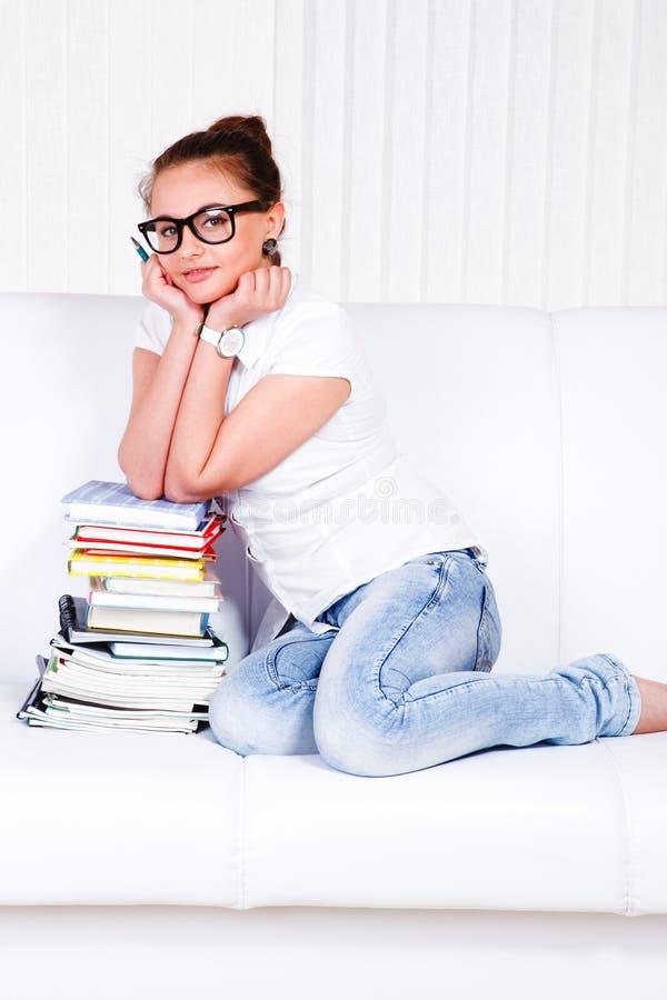 Assento adolescente no sofá fotografia de stock royalty free