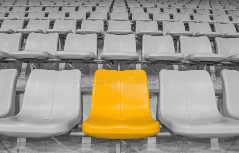 Assento amarelo do estádio fotos de stock