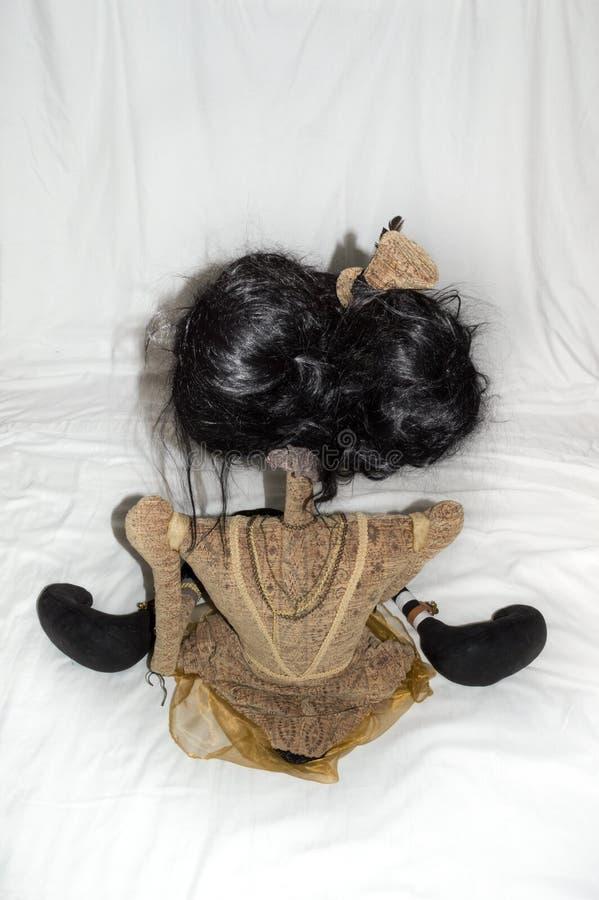 Assento assustador da boneca do steampunk, ajoelhando-se Atrás da vista vertical foto de stock