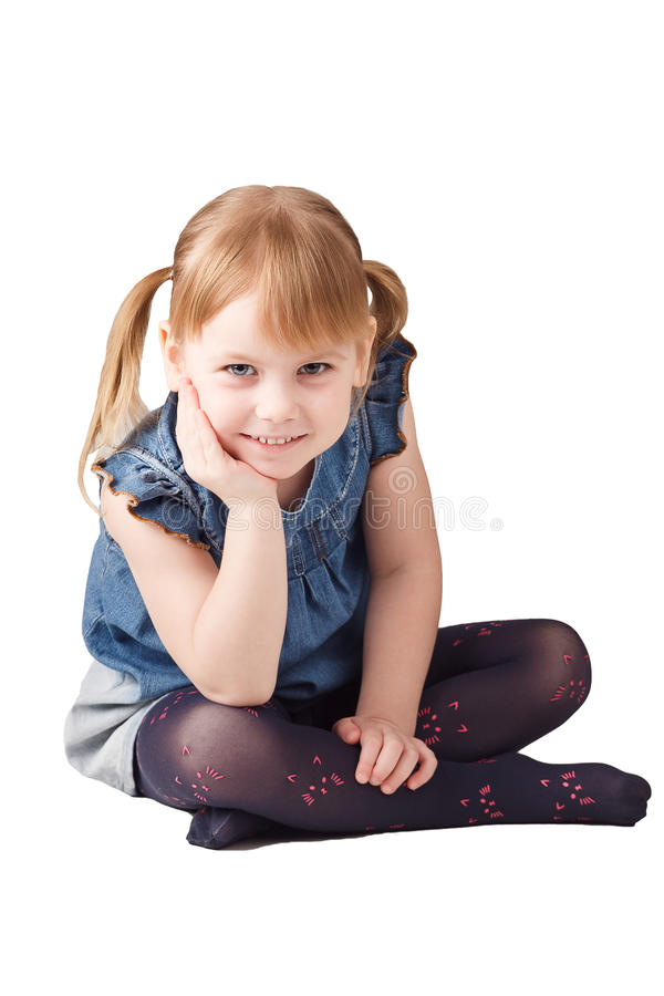 Assento bonito da menina isolado no fundo branco imagens de stock royalty free