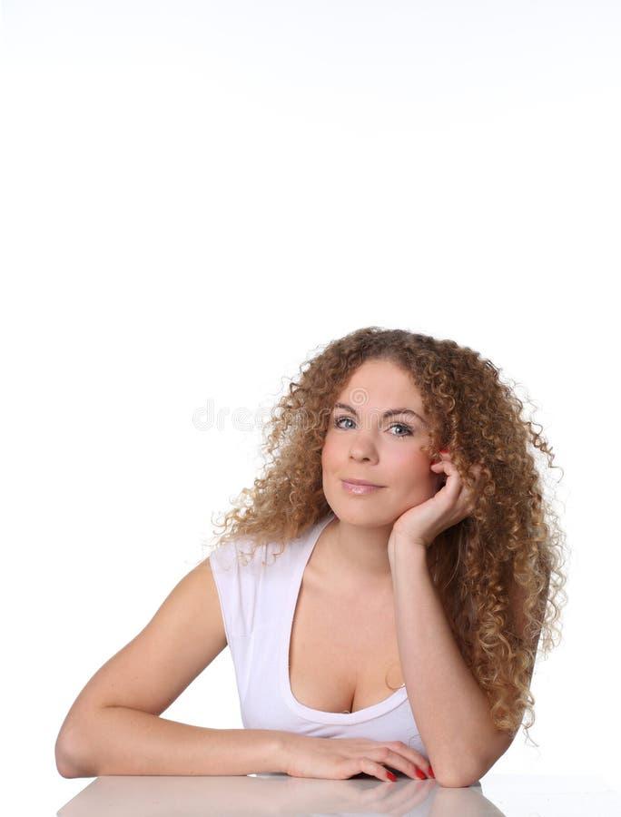 Assento bonito da mulher do retrato e seu braço sob o queixo imagens de stock