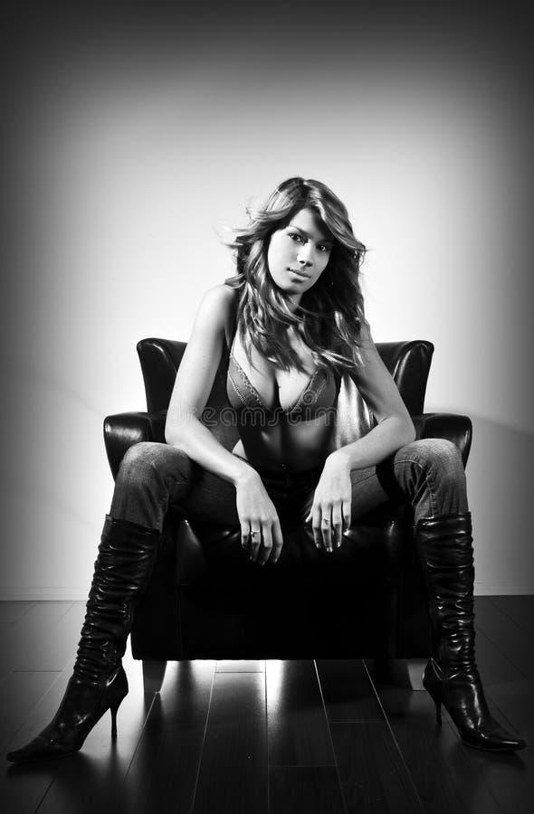 Assento bonito das mulheres novas foto de stock royalty free