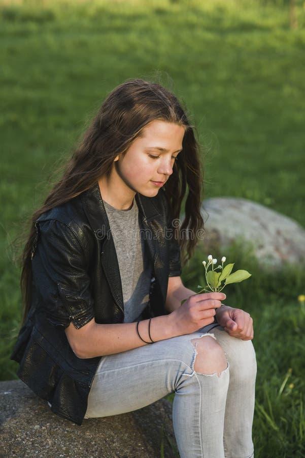Assento com a flor nas mãos fotos de stock royalty free