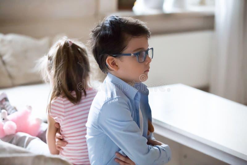 Assento da irmã e do irmão da virada irritado após a luta fotos de stock royalty free