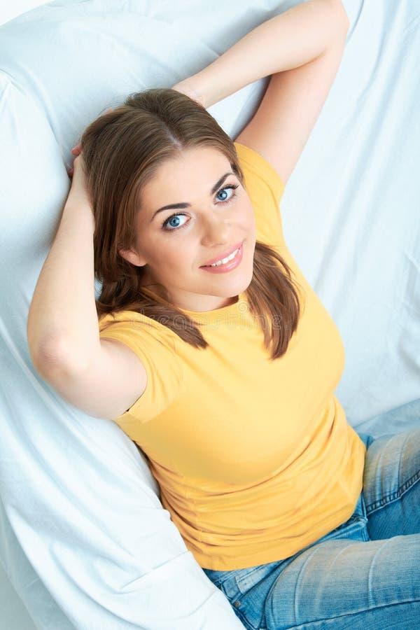 Assento da jovem mulher na cadeira branca. fotografia de stock royalty free