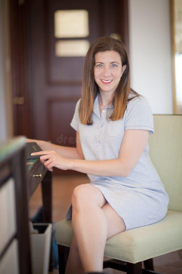 Assento da mulher fotografia de stock