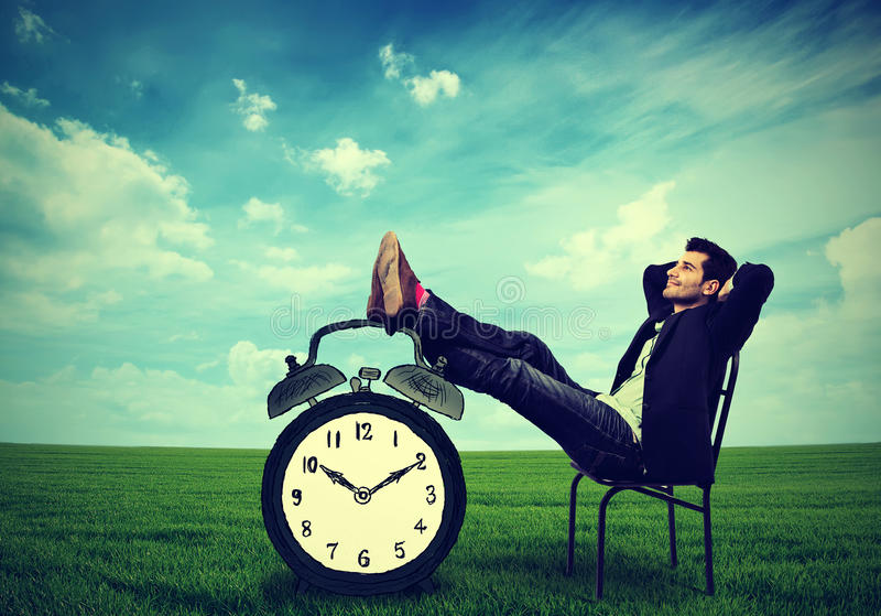 Assento de relaxamento do homem de negócio em uma cadeira no ar livre foto de stock royalty free