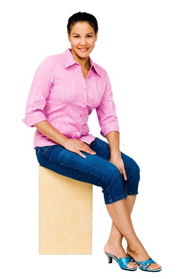 Assento de sorriso da mulher imagens de stock