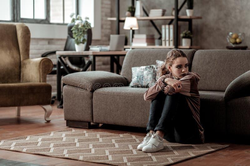 Assento desanimado e comprimido do sentimento do adolescente em casa apenas fotos de stock