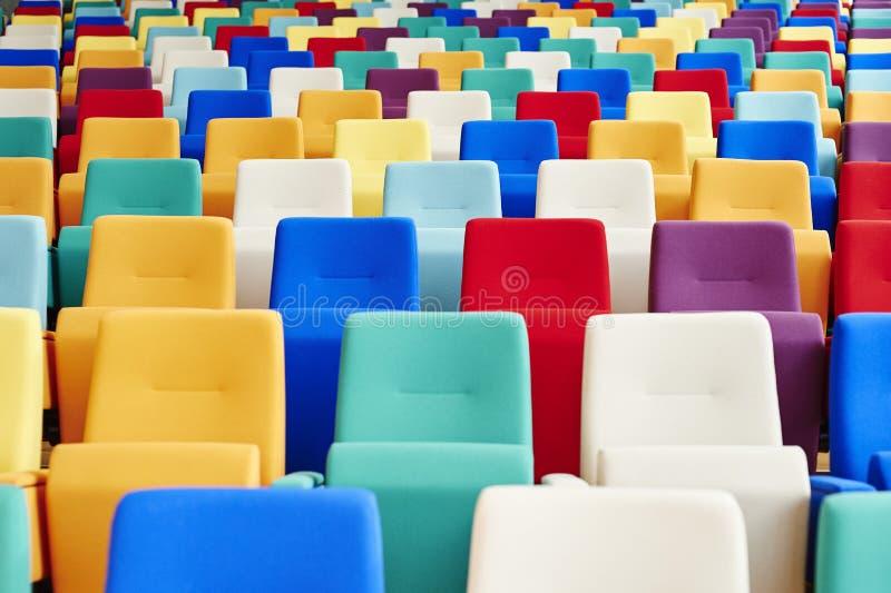 Assento do auditório de muitas cores imagens de stock