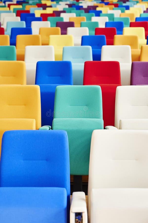 Assento do auditório de muitas cores imagem de stock