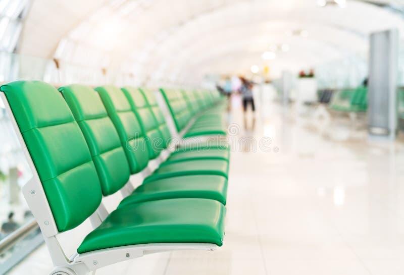 Assento do passageiro no salão da partida no terminal de aeroporto com conceito da luz do sol, do foco seletivo, do transporte e  imagem de stock