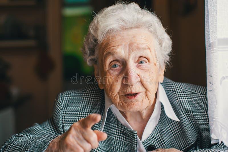 Assento e conversa felizes idosos da mulher em sua casa fotografia de stock