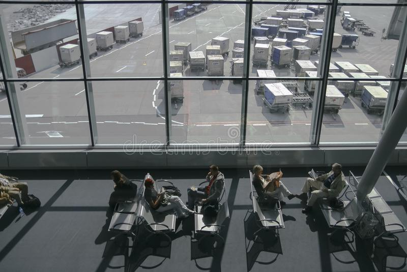Assento e espera de passageiros para seu voo no terminal de aeroporto de Chopin imagem de stock royalty free