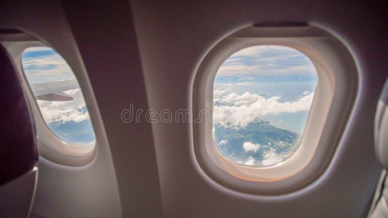 Assento e janela do avião dentro de um avião fotografia de stock
