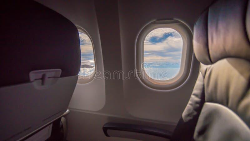 Assento e janela do avião dentro de um avião imagem de stock royalty free