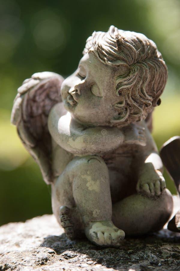 Assento e sonho do anjo imagens de stock royalty free