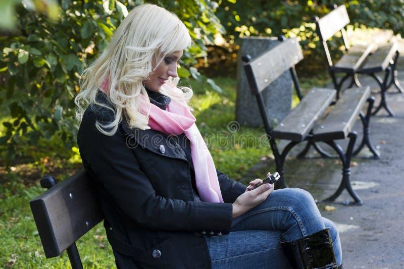 Assento em um banco com móbil fotografia de stock