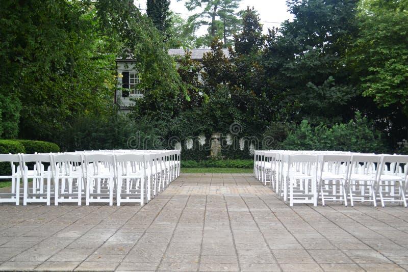 Assento exterior da cerimônia de casamento durante a primavera foto de stock