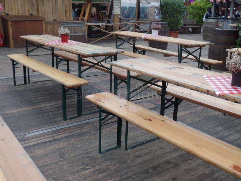Assento exterior para um festival bávaro da cerveja fotografia de stock